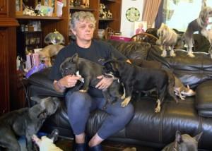 I coniugi Lynn e Anthony con alcuni dei loro cani in una foto dal The Yorkshire Post
