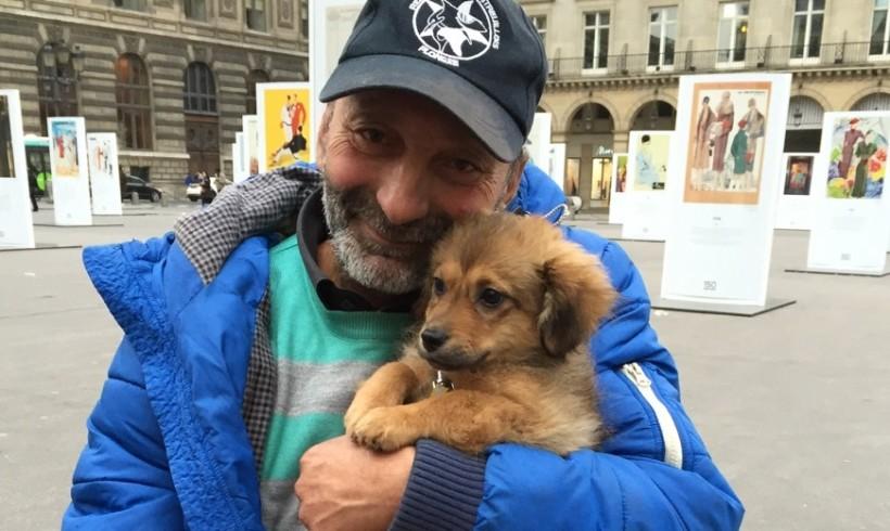 I gendarmi gli riconsegnano il cagnolino rapito: a Parigi lacrime di gioia per il senza tetto Iulian