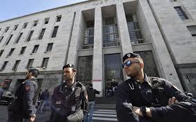 """Milano, il palazzo di giustizia chiude le porte ai cani. Enpa: """"Ripensateci"""""""