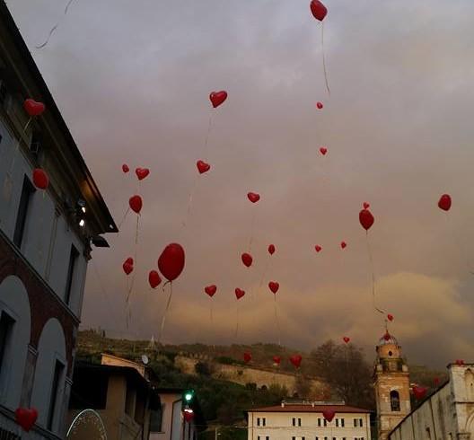 Basta avvelenamenti: cuori rossi per Gemma nel cielo di Pietrasanta