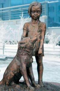 La statua che ricorda l'odissea di Karina e Naida