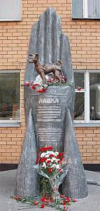 Il monumento a Laika eretto nei pressi di Mosca