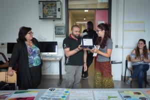 Ludovica Rizzi riceve la targa premio per la sua locandina