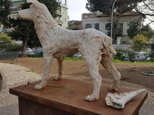 La statua con la coda staccata poggiata sul basamento
