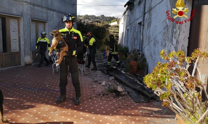 Cuccioli intrappolati nel solaio crollato, i guaiti sentiti dalla strada
