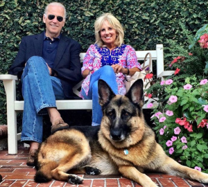 Joe Biden con la moglie Jill e il cane Champ (Instagram / Joe Biden)